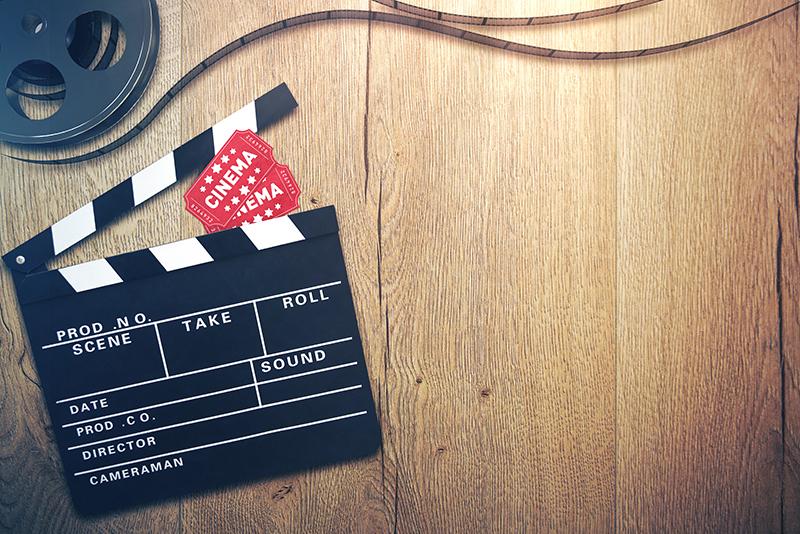 Kino Hintergrund mit Filmklappe, Eintrittskarten und Filmrolle