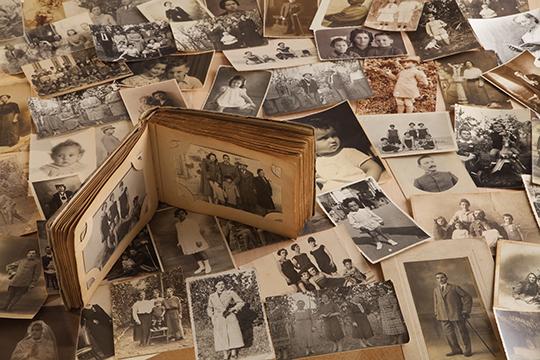 Vecchie fotografie con album fotografico