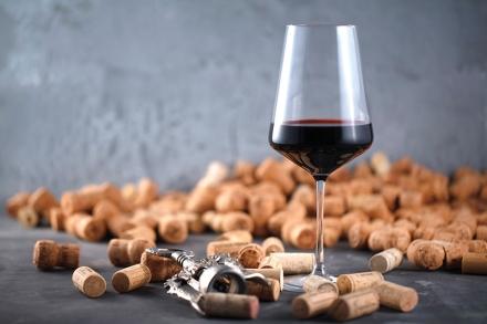 Wein und Champagner Korken auf dunkelem Hintergrund (Wein Konzep