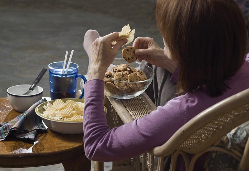 woman eating junk food_1
