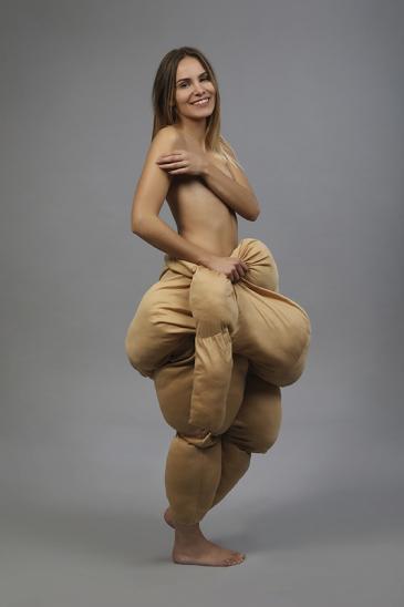 Hübsche blonde Frau im Fatsuit lacht